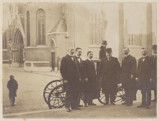 104088 - 25-jarig jubileum van de heer H. Tempelaars ambtenaar ter secretarie te Tilburg. vlnr: P.A. Loyens (Burg.stand), P.W.H. v.d. Meulen (Compt. en onderwijs), B.W.J. Vuijsters (bevolking), H. Tempelaars (jubilaris), W.J. van Dusseldorp (alg. zaken), H. Moors (militie en landweer).