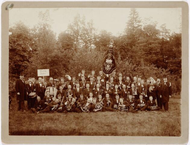 """052598 - Muziekleven. Harmonie Orpheus, opgericht in 1895. Foto: werkende leden van de Koninklijk erkende societeit """"Harmonie Orpheus""""  Foto: Op 15 augustus 1899 behaalde Orpheus een 1e prijs in goud afd. uitmuntendheid op een concours in Zeist."""
