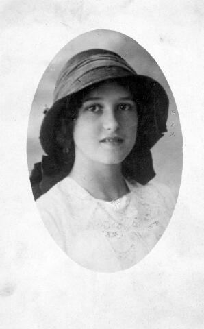 064469 - Maria Wilhelmina van Son-Donders geboren te Tilburg op 2 december 1898, aldaar overleden op 19 maart 1992.