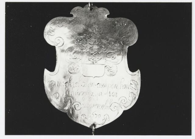 055672 - Detail van een koningsschild van de schuttersgilde St. Joris. Organisatie van een schuttersgilde  Als basis voor een gilde dienden de ordonnantien, bepalingen waarin de rechten maar vooral de plichten van de leden waren vastgelegd. Aanvankelijk bestond elk gilde uit 33 leden, een aantal dat op verzoek van St. Joris in 1612 werd uitgebreid tot 41. Een nieuw lid diende voor de magistraat de schutterseed af te leggen, waarin hij beloofde te handelen naar de ordonnantie van het gilde. Schutter werd men voor het leven. Het lidmaatschap kon in principe alleen worden beëindigd indien men tot armoede verviel, buiten de jurisdictie van de stad ging wonen of zich vergaand misdragen had. Het lidmaatschap van de gilden was niet voor iedereen weggelegd. Alleen de hogere standen hadden toegang tot deze exclusieve kringen en ook financieel moest men in goede doen zijn. De meeste leden kwamen uit de gegoede burgerij, en waren vooral middenstanders en kooplieden. Het belang van de gilden blijkt uit het gegeven dat lidmaatschap van één van de drie gilden verplicht was gesteld om deel uit te mogen maken van de magistraat, het college van burgemeesters en schepenen (wethouders).