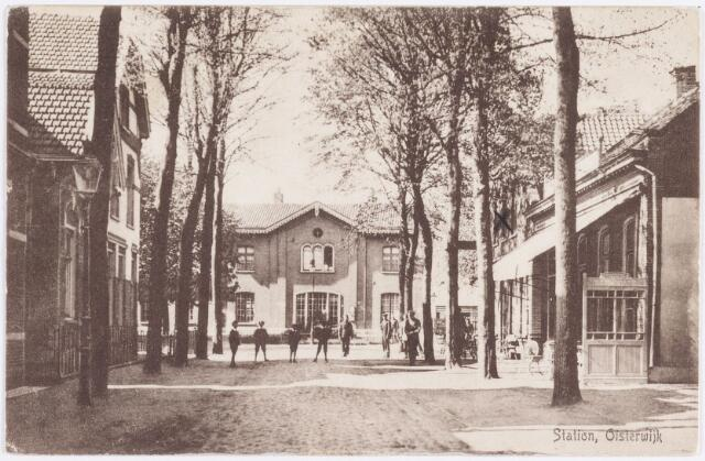 057637 - Ansichtkaart van het station van Oisterwijk in 1915. Stationsstraat. Horeca. Op de hoek links (gemerkt met X) het hotel-café-restaurant De Gouden Leeuw, daar naast hotel-café-restaurant Hof van Holland. Beide horeca bedrijven zijn verdwenen.