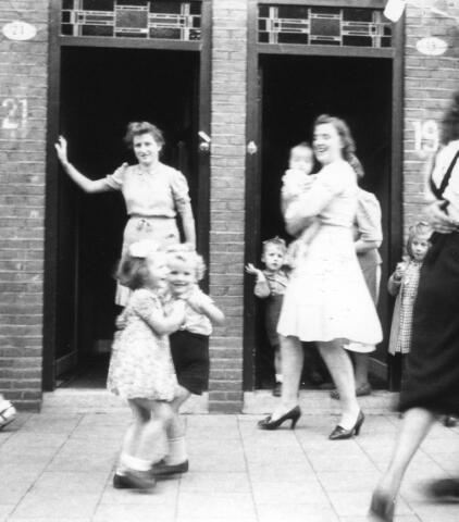 066339 - Tweede Wereldoorlog. Bevrijdingsfeest in de Esdoornstraat.
