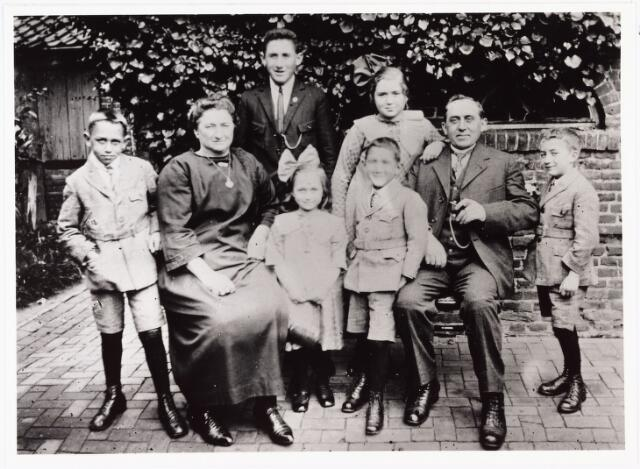 007079 - Familie Van den Hout-Teurlings. Van links naar rechts: Jef, mevrouw van den Hout, Ad,  Cor, Gerard, Nel, P. van den Hout en Frans. Foto omstreeks 1925.