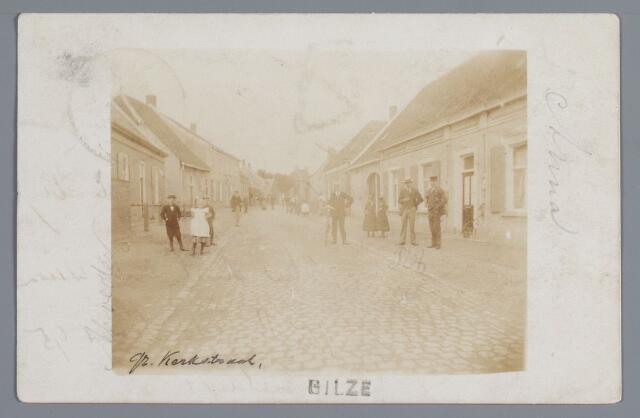 057975 - Gilze, Vanaf de Heuvel had men in 1902 dit gezicht in de pas bestraatte Raadhuisstraat. Hoewel een eerste auto reeds in 1897 Gilze passeerde, konden voetgangers zich nog zonder levensgevaar op de rijweg begeven. Links staan de woningen van de gezusters Ermen en G. Smolders en het café en de harmoniezaal van Segers. Rechts de woonhuizen van mej. M. van Miert en J. de Bont, waarnaast thans de Burgemeester van Mierlostraat uitkomt.