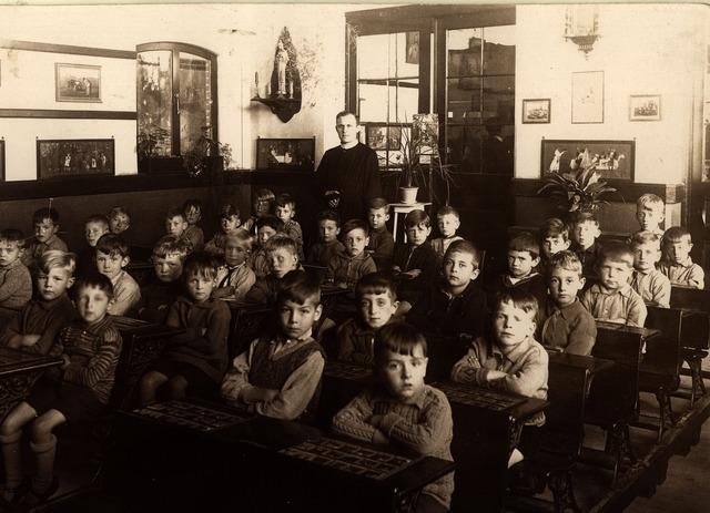 055032 - Onderwijs. Eerste klas van de r.k. lagere jongensschool St. Paulus. Achter in de klas onderwijzer frater Gerard.