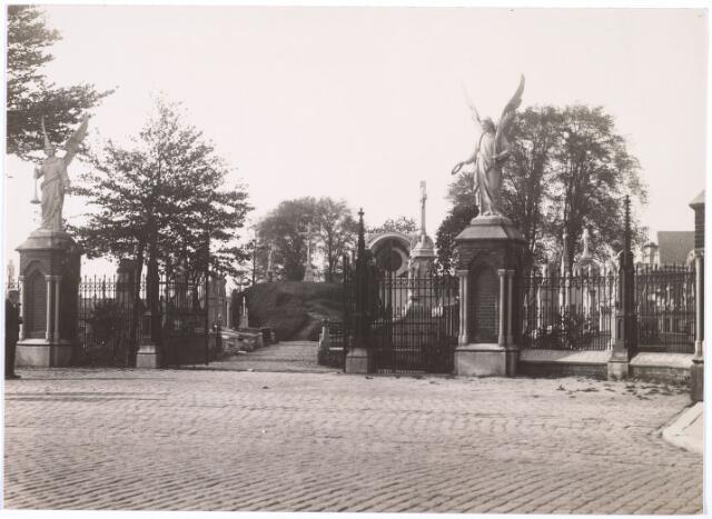 016008 - Ingang van het kerkhof aan de Bredaseweg anno 1930