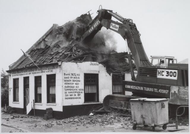 026167 - Op 11 juni 1982, precies om 15.00 uur, begon de firma Van Hees met de sloop van garage Oppermans aan het Lijnsheike, waarmee een einde kwam aan een langdurig conflict tussen eigenaar en gemeente