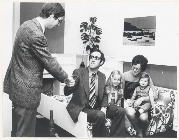 90584 - Made en Drimmelen. Rook Thijssen uit Made heeft bij de Puzzle  'Aktie Natuur' een slaapkamer ameublement gewonnen. Op de foto, gemaakt in de winkel van de fa. A. van Olphen in de Ginnekenstraat in Breda, wordt Thijssen gefeliciteerd door A. van Olphen, eigenaar van de winkel in Breda die de prijs ter beschikking heeft gesteld. Naast Thijssen zijn  dochter Ingrid, zijn vrouw Tonnie Thijssen-van Dongen en dochtertje Wendy.