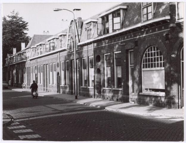 017504 - Rijtjeshuizen aan de Diepenstraat. Rechts op nr. 28 de voormalige slagerij van Jo van Opstal.