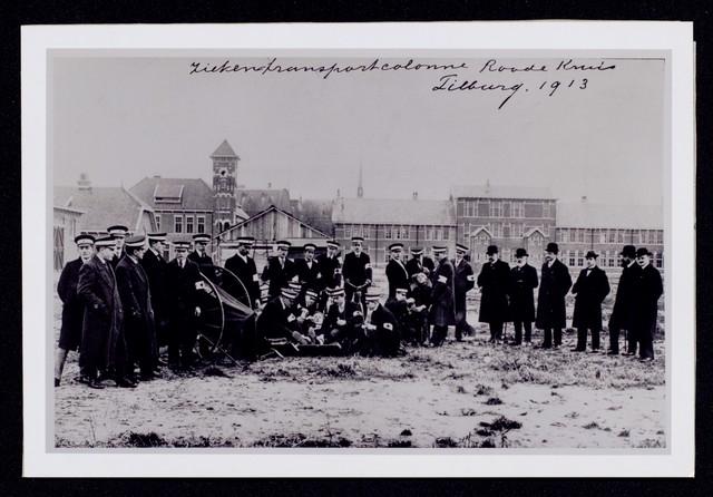 1696091 - Nederlandse Rode Kruis afdeling Tilburg. Ziekentransportcolonne in 1913 op het terrein van de Tilburgse Generaal-majoor Kromhoutkazerne.