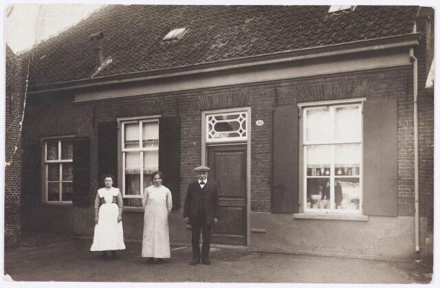 034905 - fam Brekelmans voor het pand Wilhelminapark 49 omstreeks 1910
