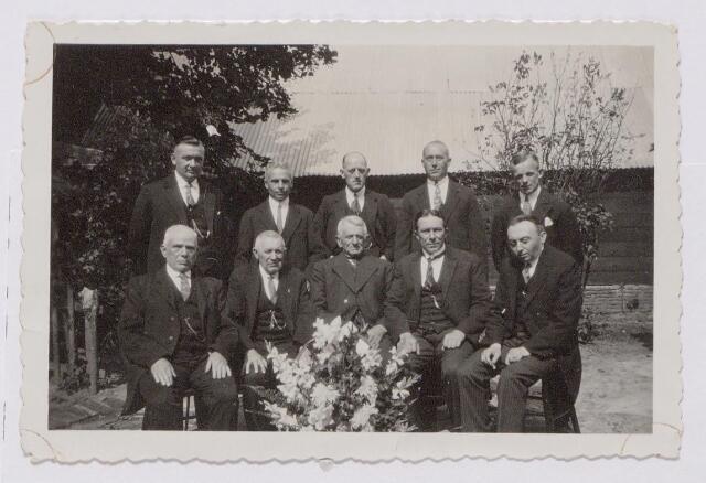 043865 - Leden van de Kapelle Doelen, een handboogschutterij uit de wijk Hasselt in Tilburg. Bovenaan geheel links Simon Tinnebroek, idem tweede van links Jan Bertens. Onderste rij tweede van rechts Frans Maas.