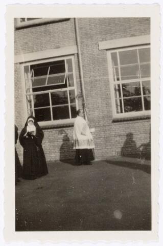 051634 - Middelbaar onderwijs. Inzegening van de nieuwbouw van het R.K. Theresialyceum door bisschop A.F. Diepen.