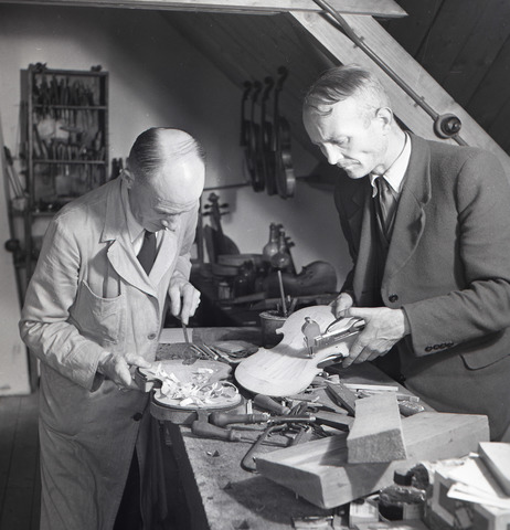 654511 - vioolbouwer Jan van Gorp (links)