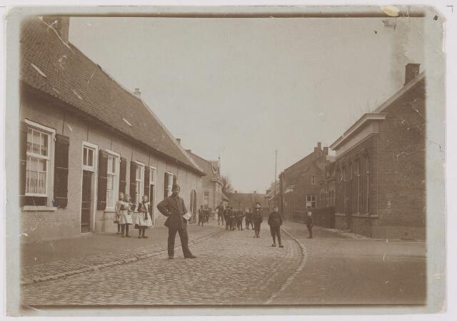 082487 - Gilze, Raadhuisstraat, vooraan rechtsnummer 21