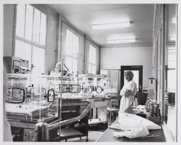041788 - Elisabethziekenhuis. Gezondheidszorg. Ziekenhuizen. Interne kinderafdeling met couveuses, de zogenaamde boxen in het St. Elisabethziekenhuis.