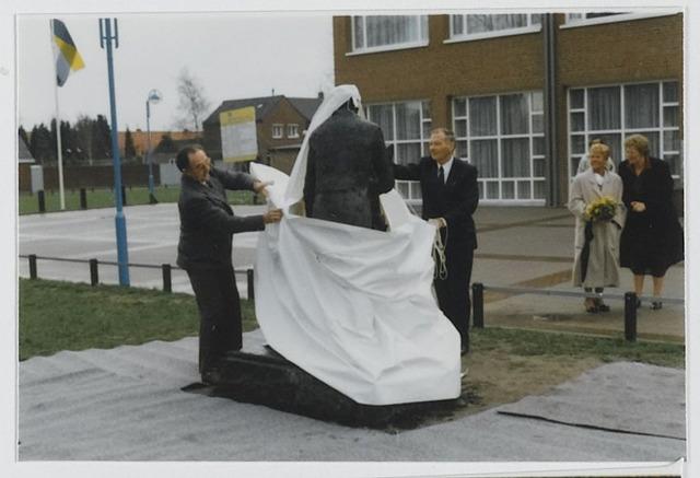 072355 - Burgemeester Ton van den Wildenberg en wethouder Wim van Boxtel onthullen een sculptuur op het Oranjeplein in Goirle.