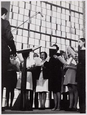 041932 - Gezondheidszorg. Ziekenhuizen. Dirigent met zangkoor van het Maria Ziekenhuis, nu Tweestedenziekenhuis