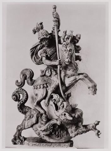084426 - St. Jorisbeeld, vervaardigd in de 18e eeuw door Walter Pompe, op een van de zijaltaren van de St. Petruskerk.