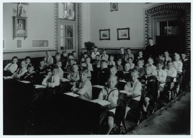 051304 - Basisonderwijs. Klassenfoto r.k. lagere school. De Leoschool. Leerlingen van de tweede klas. De school was toen nog een jongensschool.
