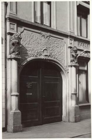 021717 - Inrijpoort van het woonhuis van de familie Mutsaerts - Kersten in de Heuvelstraat. De leeuwen waren afkomstig van het voormalig huis van Moerenburg. Na de sloop van dit pand verhuisden de twee beelden naar de binnenplaats van de GGD.