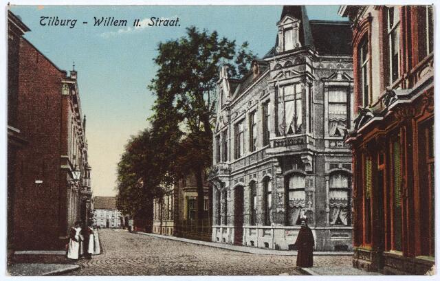 003013 - Willem II-straat hoek Tuinstraat. Op de achtergrond de Heuvelstraat. Het pand aan de Heuvelstraat is later gesloopt, waardoor de Willem II-straat verbonden kon worden met het Willemsplein. Geheel rechts pand M1426, vanaf 1910 Willem II-straat 43. Hier woonde rond 1900 de gezusters Teulings. Zij waren hoedenmaakster. Hun buurman (rechts) was boekhandelaar M.G. Vattier Kraane. Hij was ook uitgever van ansichtkaarten.