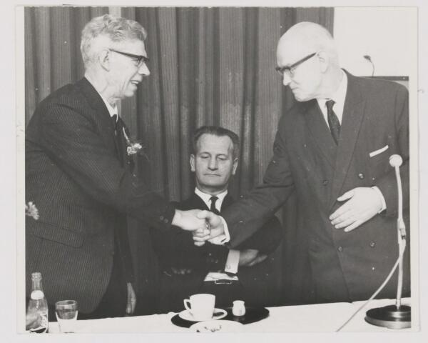 082188 - Vakvereniging. N.K.V. centrale Gilze viert haar 50 jarig bestaan. Burgemeester Krol feliciteert de voorzitter G. Diepstraten. In het midden G. Jacobs van het districtbestuur N.K.V.