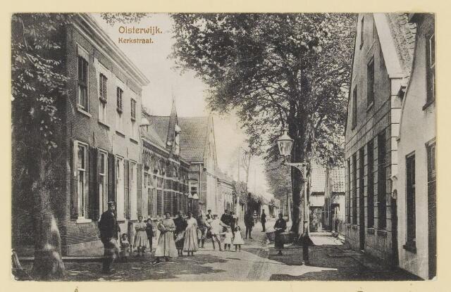 074018 - Kerkstraat de panden links en rechts zijn in 1968 gesloopt voor de verbinding Hoogstraat - Baerdijk. alsmede het fraterhuis