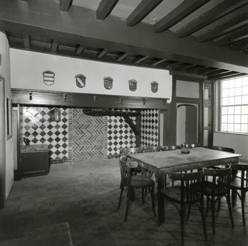 083116 - Restauratie van de schouw met tegelwerk in deTongerlose hoef.Daarboven wapenschilden.