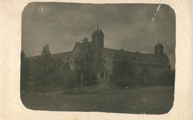 655503 - Josef Missiehuis. Dit zijn de Rooi Pannen - zo genoemd naar de rooie dakpannen - is gebouwd door architect prof. G. Holt en in gebruik genomen in 1960 onder de naam Mill Hill college. In 1973 verhuisde het college naar Goirle en huizen de ROC en een hotelvakschool in het voormalige college.