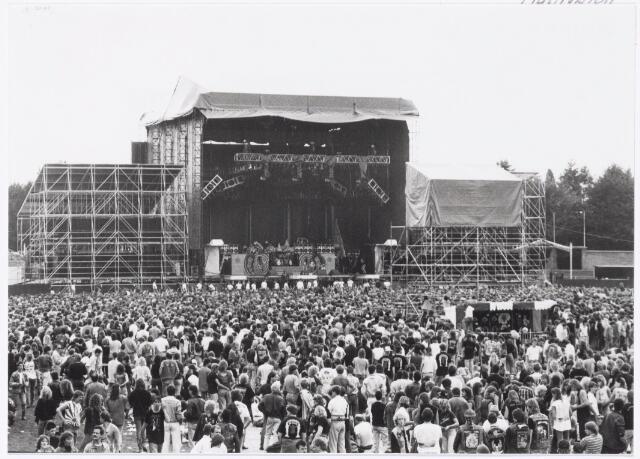 043420 - Op 4 september 1988 vond in het stadion van Tilburg muziekevenement plaats getiteld 'Monsters of Rock'.