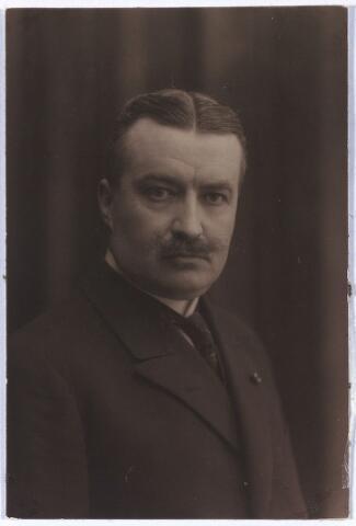 005214 - Jan Christiaan Alphonse Maria van de MORTEL (Tilburg 1880-1947) volgde het gymnasium-A in Breda en studeerde rechten van de Universiteit van Amsterdam. Bekleedde  vele openbare functies, zoals griffier van het kantongerecht, voorzitter van de Raad van Arbeid, wethouder van Tilburg en van 1940-1946 burgemeester van Tilburg, lid van de Eerste Kamer van de Staten-Generaal (1939-1947). Op 12 juli 1944 werd hij uit zijn ambt ontzet door de (Duitse) Rijkscommissaris en vervolgens als gijzelaar vastgehouden in St. Michielsgestel en Vught. Op 27 oktober 1944 werd hij door de bevrijders in zijn functie hersteld. Wegens het bereiken van de pensioengerechtigde leeftijd nam hij op 15 januari 1946 afscheid. Hij was Ridder in de Orde van Oranje Nassau en Ridder in de orde van de H. Greogorius de Grote. Op 1 mei 1911 huwde hij te Tilburg met Josephina (Fien) Eleonora Arnolda Maria Houben (Tilburg 1887-1966). Het echtpaar had 8 kinderen, 2 dochters en 6 zoons. Een van hen Joseph (Joost) Marie van de Mortel, werd in Den Bosch gefusilleerd in aug. 1944. Ook een andere zoon kwam om in de oorlog. Dochter Fientje verongelukte dodelijk tijdens het paardrijden in dec.1944. Op het Burgemeester Van de Mortelplein in Tilburg staat een in 1958 door Albert Termote vervaardigd bronzen beeld van deze burgemeester.