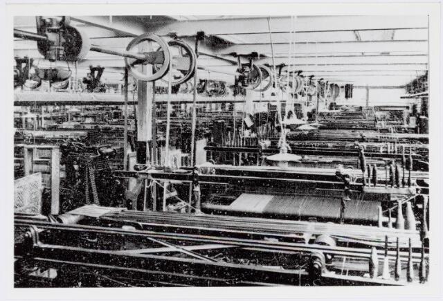 037942 - Textiel. Weverij van wollenstoffenfabriek George Dröge omstreeks 1925. De weefgetouwen hadden nog geen aparte motor, maar werden via een stangenstelsel centraal aangedreven