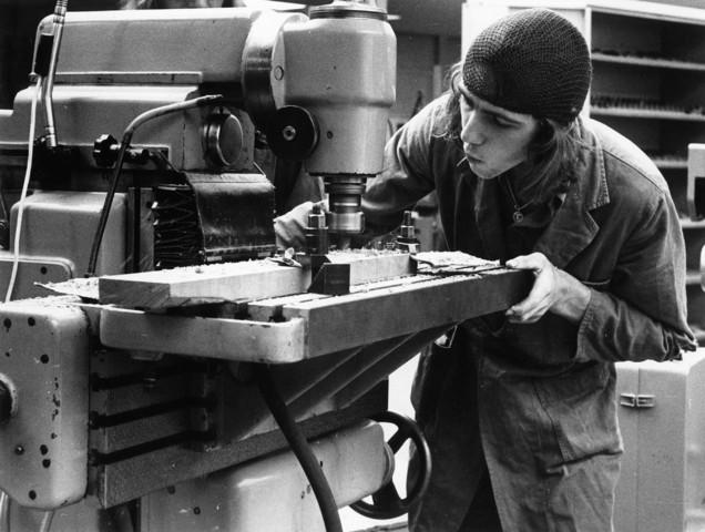 1238_F0253 - Onderwijs.  Hulp bij scholing. Jonge man aan een houtbewerkingsmachine.