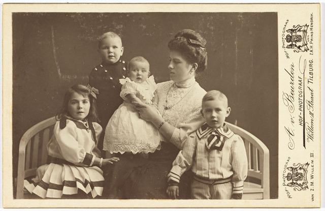 006461 - Kinderen van Jan de Beer (zoon van Norbertus de Beer en johanna Donders) en van Hetty Smulders.V.L.N.R. Willy, Jan, Bep en ?.
