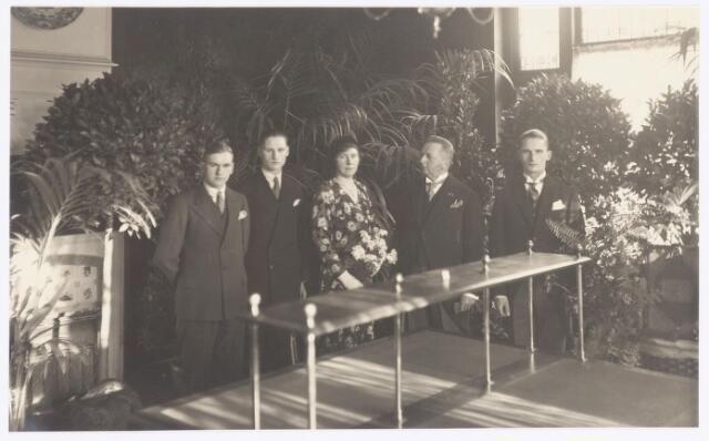 037855 - Textiel. De familie Janssen bij het veertigjarig bestaan van stoomververij en chemische wasserij de Regenboog in 1930. Van links naar rechts Joop Janssen, Charles Janssen, Wil Janssen-Twaalfhoven, Joseph Janssen en Han Janssen.
