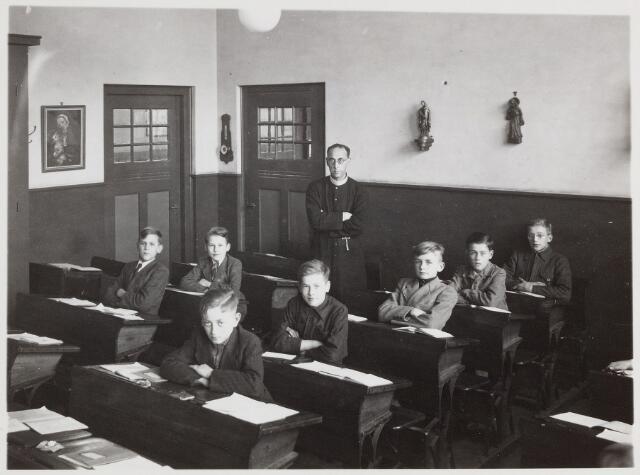 057395 - Basisonderwijs. Klassenfoto r.k. lagere jongensschool Kerkstraat. met frater Hyacinthus Zijlmans