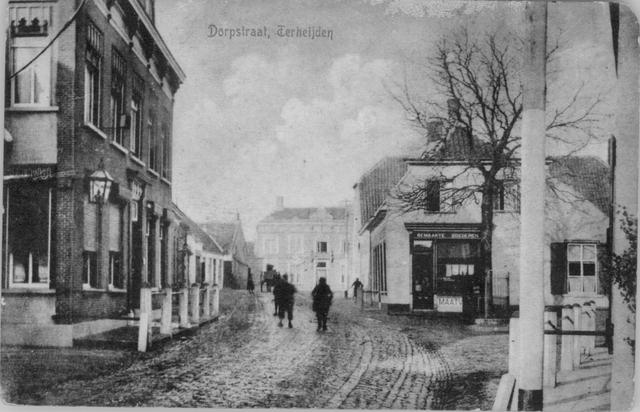 """260025 - Raadhuisstraat met links """"Het Hooghuis"""", toen de woning en het kantoor van notaris Wolters. Rechts de winkel van kleermaker Welten, die """"MAATWERK"""" leverde."""