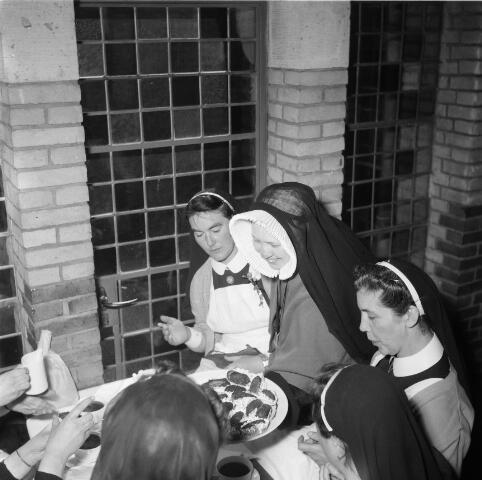050482 - Het Wit-Gele Kruis, katholieke bond op het gebied van zieken- en gezondheidszorg. Provinciale Noord Brabantse Bond. Wijkverpleegstersdag 1954. Voorzitter: dr. C.J.M. Mol, mgr. prof. dr. F. Eeron, prof. dr. J. de Quaij en mgr. Hendriks.