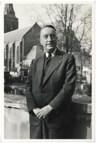 006214 - Mr. Eduard Hendrik Joan Baron van Voorst tot Voorst werd geboren te Huissen (Gld.) op 7 mei 1892. Afgestudeerd aan de Amsterdamse Universiteit in 1918. hij werd in 1920 burgemeester van Ubbergen en in 1923 lid van de Provinciale Staten van Gelderland. Van 1935 tot 1946 was mr. Van Voorst tot Voorst lid van Gedeputeerde Staten van Gelderland. Hij werd benoemd tot burgemeester van Tilburg bij K.B. van 27 april 1946 met ingang van 1 mei 1946 als opvolger van mr. J. van de Mortel.Onder zijn bestuur kwam een groot deel van de naoorlogse opbouw en vernieuwing van de stad tot stand. Zo werd het bebouwde oppervlak van Tilburg verdubbeld en kwamen er 6400 nieuwbouwwoningen bij. Twee moderne bejaardentehuizen werden gesticht: Vredeburcht en St. Jozefzorg. Het ringbanenstelsel werd in 1956 voltooid en in dat jaar begon  men met de aanleg van de wijk 't Zand. De overwegplannen lagen klaar en hij beleefde nog de omlegging van het zogenaamde Bels Lijntje. Ook de plannen voor de nieuwe schouwburg zijn on-  der zijn bestuur gevormd. Naast burgemeester was mr. E. Baron van Voorst tot Voorst een belangrijke figuur in het kapittel van de Souvereine en Militaire Orde van Malta (Balije Nederland) waar hij, aanvankelijk coadjutor, sinds 18 september 1953 president-baljuw was.  In 1949 werd hij benoemd tot Ridder in de Orde van de Nederlandse Leeuw. Daarnaast was hij drager van het Grootkruis van Verdiensten van de Souvereine en Militaire Orde van Malta, en Commandeur in de Orde van de H. Gregorius de Grote, hij werd onderscheiden met de Watersnoodmedaille.  Hij trouwde met Jonkvrouwe Theresia Maria Josephina Smits van Oyen en na haar overlijden met Rosa Lucia Joanna Maria de Quay (geboren te 's Hertogenbosch op 6 mei 1906 en overleden te Tilburg op 5 juli 1971).  Mr. Baron E. van Voorst tot Voorst is met ingang van 1 juni 1957 ontslagen als burgemeester van Tilburg en werd opgevolgd door mr. C.J.G. Becht. Van Voorst tot Voorst overleed te Tilburg op 28 januari 1972