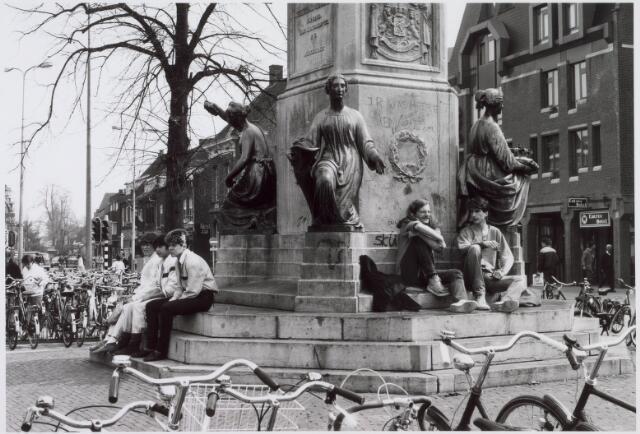 021456 - Jongeren aan de voet van het standbeeld van Willem II op de Heuvel in 1984