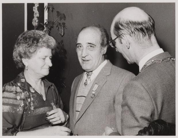 085173 - Dongen. Koninklijke onderscheiding van Jac. Pijnenburg met echtgenote en burgemeester Jan Dosker. Werkzaam bij de plantsoenendienst van de Gemeente Dongen.