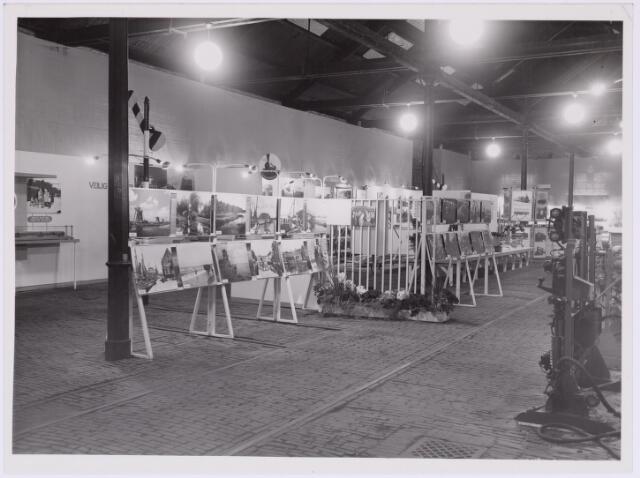 036779 - Spoorwegen: Electrificatie-tentoonstelling (15-29 april 1950) Overzichtsfoto van de tentoonstelling