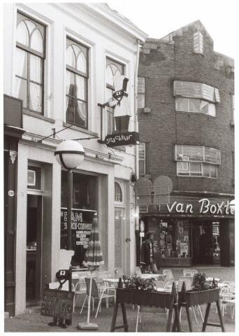 021817 - Winkels. Heuvelstraat, voorheen Zomerstraat in 1974. Links cafétaria Van Dam en op de andere hoek de electronicazaak van Van Boxtel.