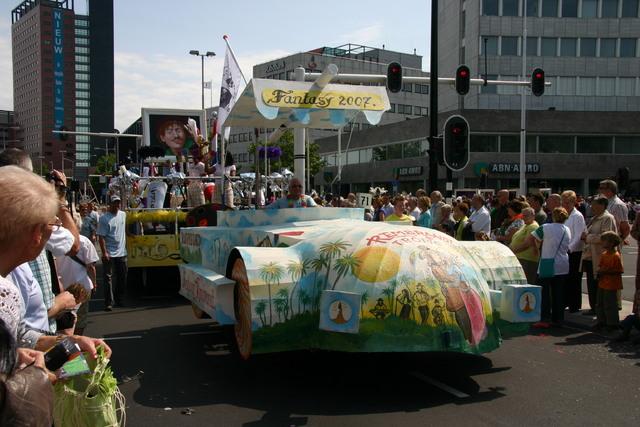 657387 - De T-parade. Een kleurrijke multiculturele optocht door het centrum van Tilburg. De vele culturen van Tilburg worden getoond.