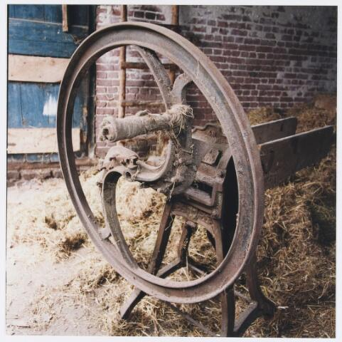 055602 - Hilvarenbeek, landbouw. Interieur schuur boerderij Doelenstraat 72 Hilvarenbeek, afgebroken in 1999. Op de foto een strohakker, het apparaat werd vervaardigd in metaalwarenfabriek Bressers te Tilburg.
