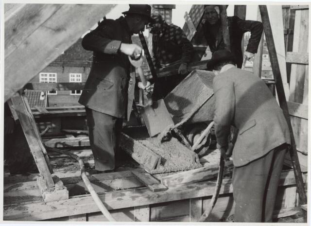 027152 - Politiebureau Lange Schijfstraat in aanbouw. Beton storten, bekisting zolder hoofdgebouw.