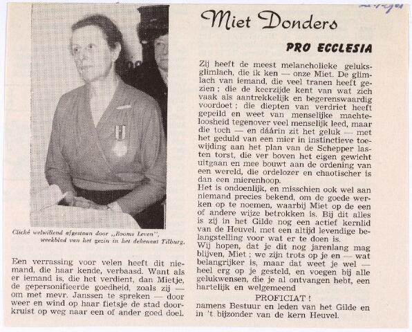 011781 - Maria Catharina Josephine (Miet) DONDERS (1898-1982) krijgt hier, in 1961, de kerkelijke onderscheiding Pro Ecclesia et Pontifice uitgereikt door mevr. W. Janssen-Twaalfhoven, presidente van het Wit Gele Kruis en de Meisjesbescherming Tilburg. Mevrouw Donders was actief lid van de Meisjesbeschermiong, het Marialegioen en de Kunstkring. Zij zette zich ook in voor het stedelijk ziekentriduum en de kinderpostzegelactie. Zij was een dochter van sigarenfabrikant en assurantiemakelaar Hubert Donders en Josephina Knegtel.