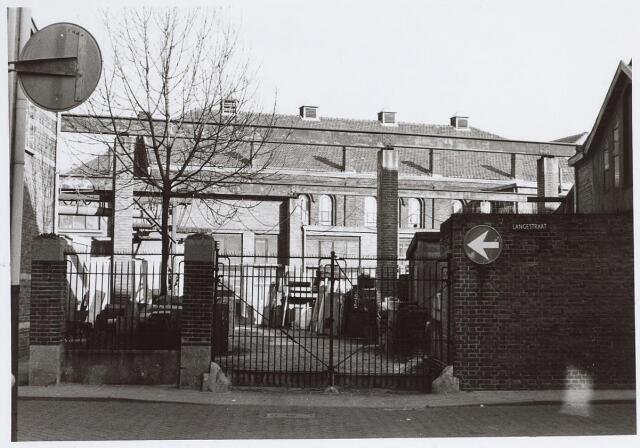 025487 - Toegangspoort tot de binnenplaats van de firma Petit aan de Langestraat