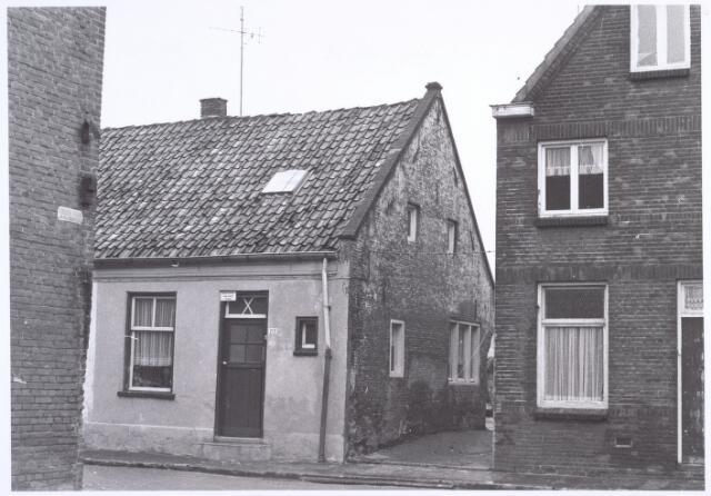 017187 - Onbewoonbaar verklaarde woning Capucijnenstraat 213 eind 1969
